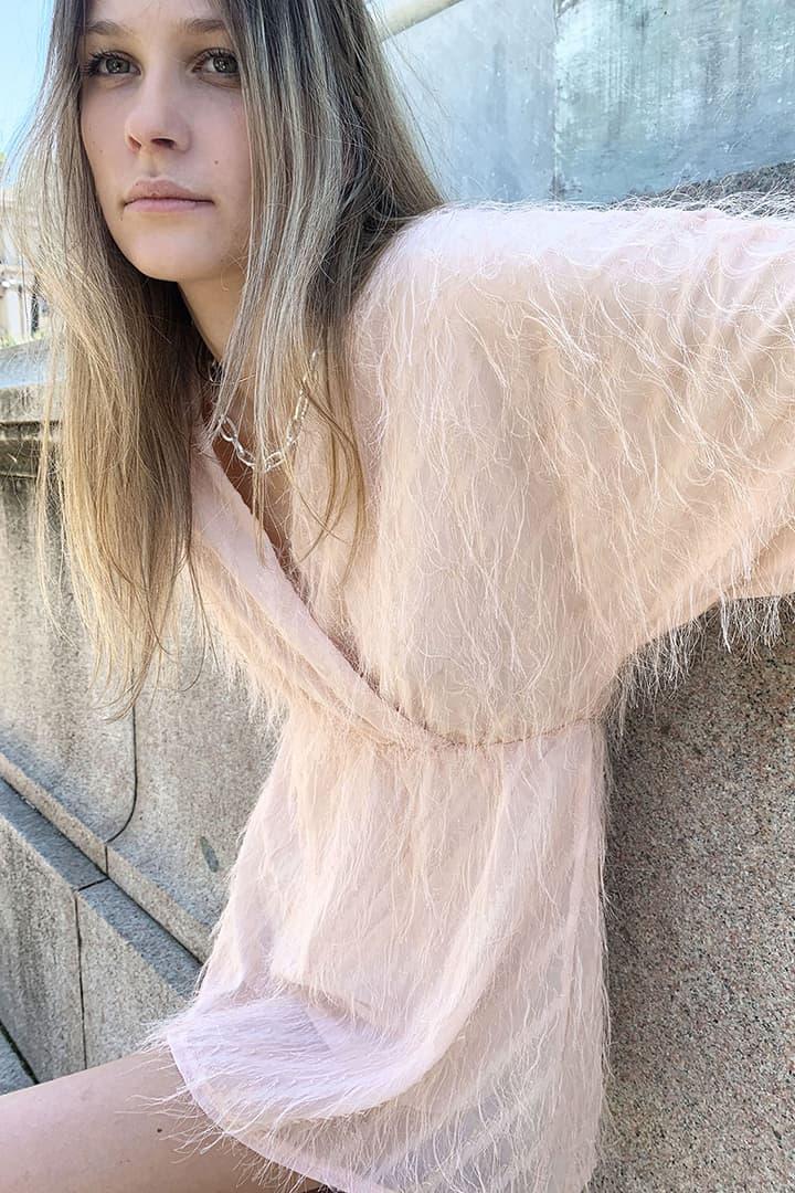 Vestido escote V efecto plumas