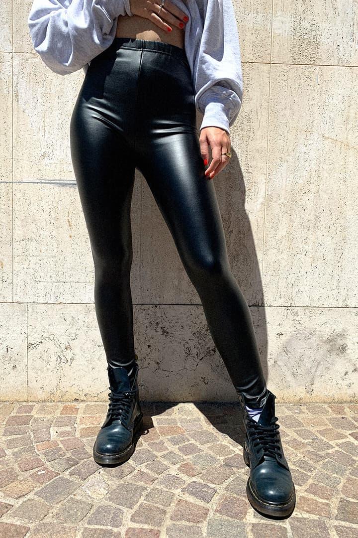 Pantaloni in ecopelle neri, giacca in pelle, maglione