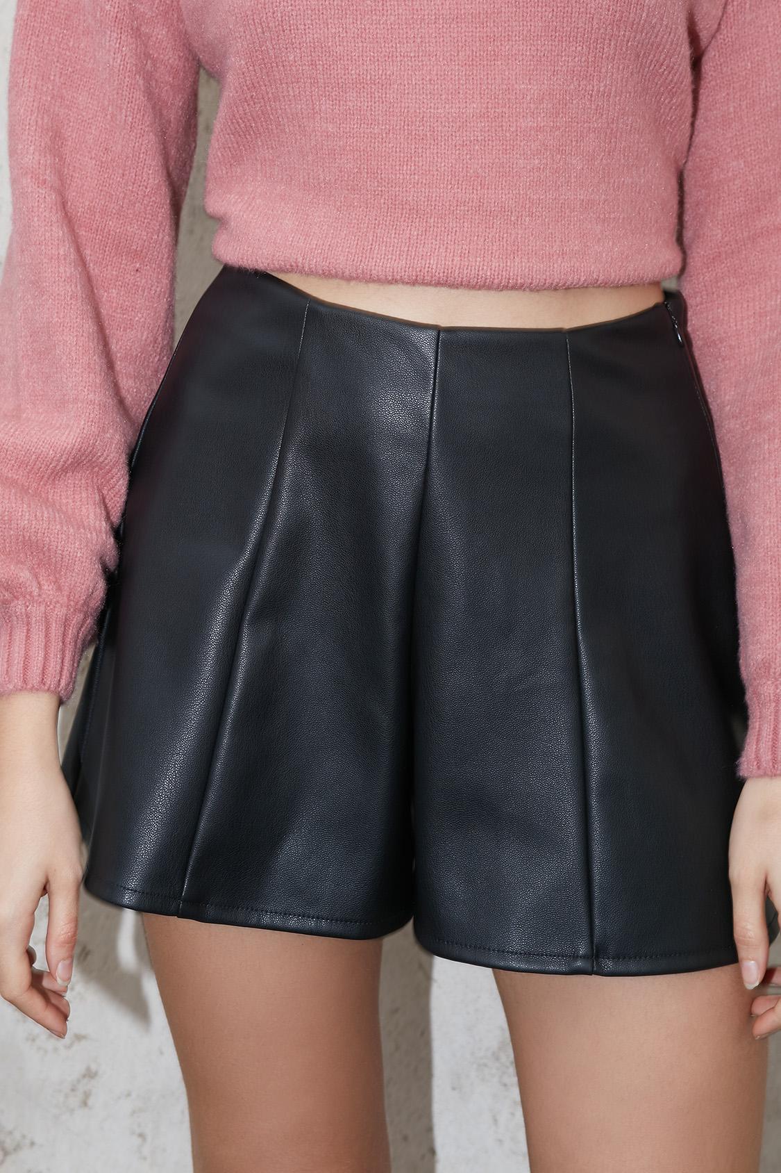 Shorts pinzas poli piel