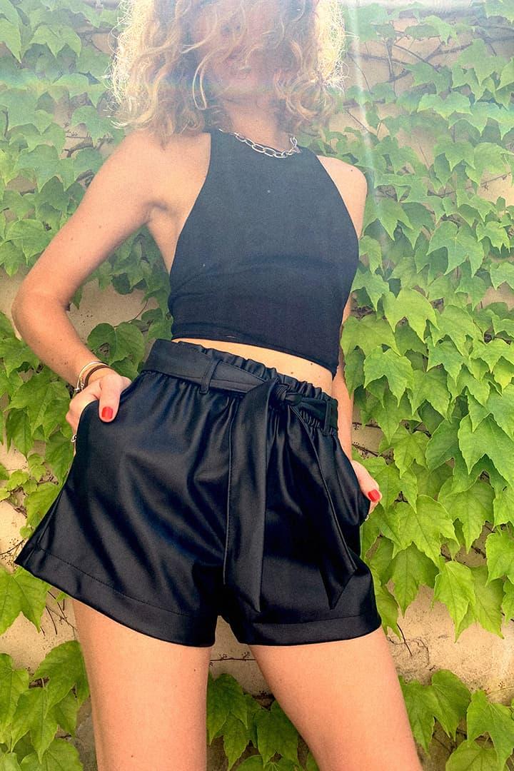 Shorts ecopelle con cintura