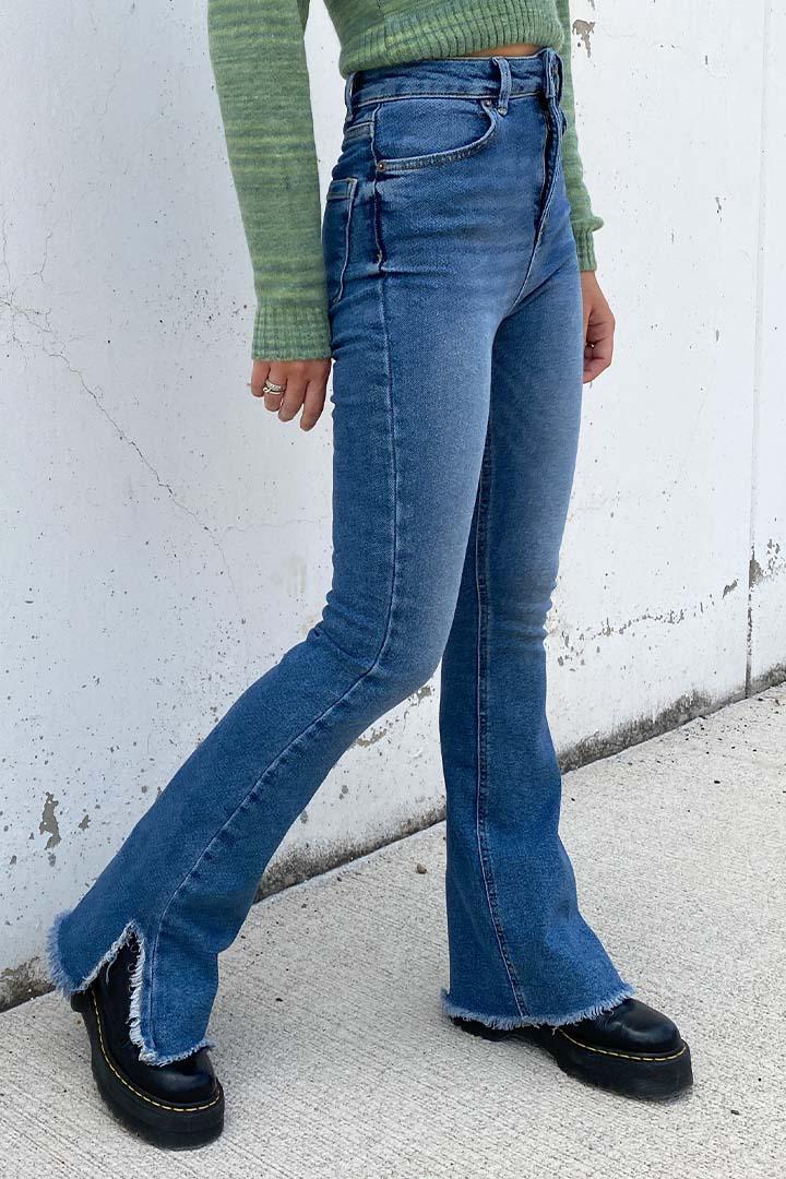 Jeans a zampa con spacco laterale