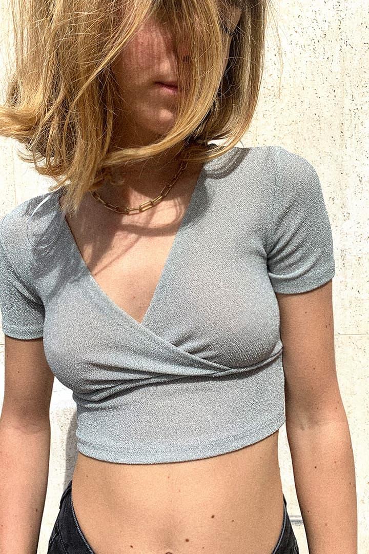 Camiseta escote en V lúrex
